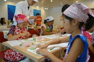和菓子作り子ども3人.JPG