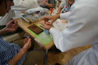 和菓子作り生徒と一木さん.JPG